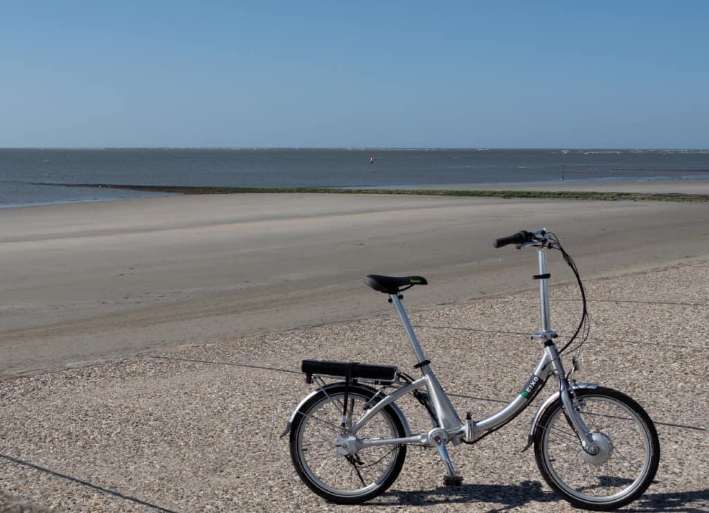 compact electra aan de zee, de ideale vakantiefiets voor aan het strand