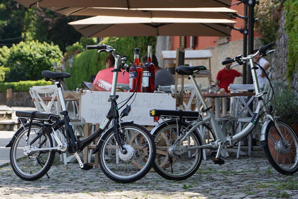 twee beixo elektrische vouwfietsen bij het Como-meer